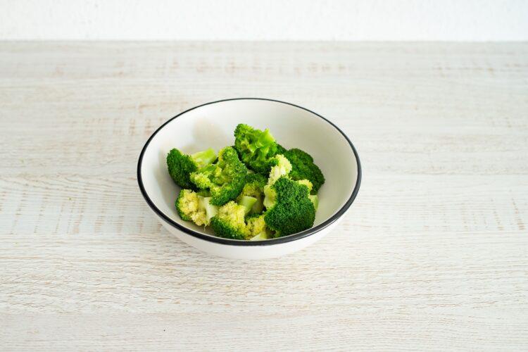 Sałatka brokułowa z serem i makaronem z groszku i cukinii z dressingiem koperkowym - Krok 2