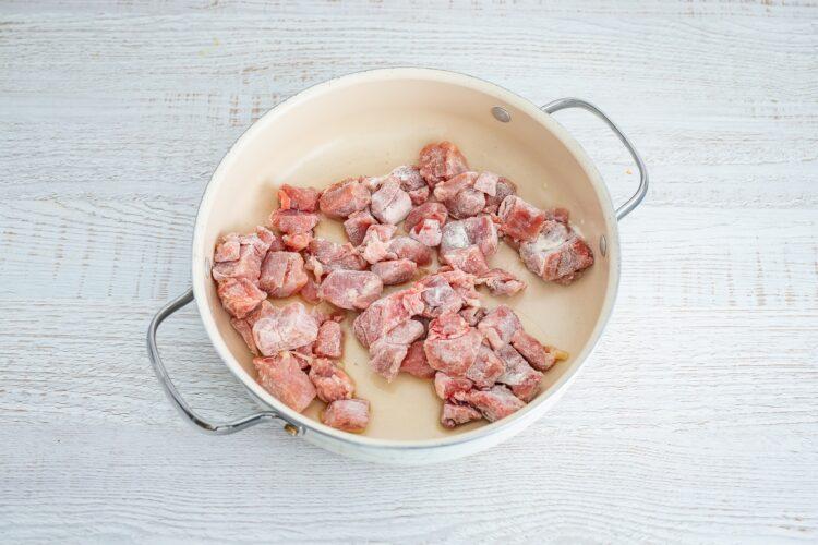 Lekki gulasz z indyka z pieczarkami i makaronem z groszku i cukinii - Krok 2