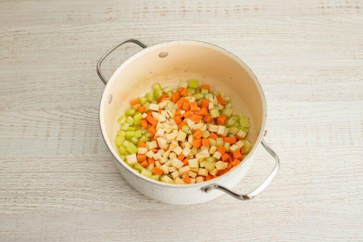 Minestrone z pomidorami, czerwoną fasolą i makaronem warzywnym - Krok 2