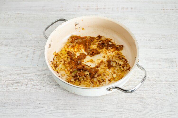 Żółte curry z dyni i kalafiora z makaronem z groszku i cukinii - Krok 3