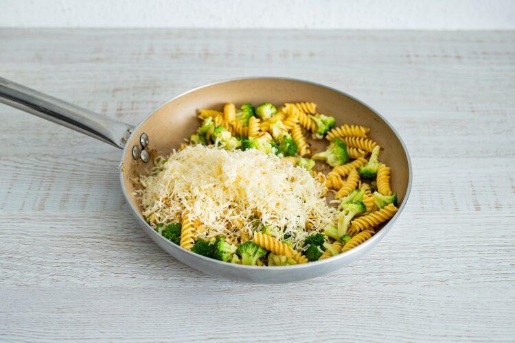 Zapiekane gniazdka makaronowe z brokułami i jajkiem - Krok 4