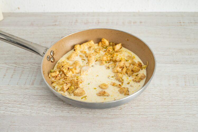Penne z kurczakiem w kremowym sosie z kukurydzą i dymką - Krok 4