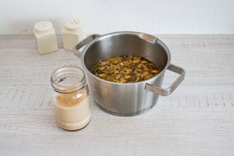 Zupa pieczarkowa na żurku z makaronem z soczewicy i marchewki - Krok 4