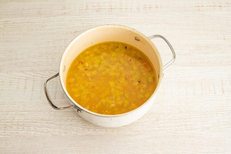 Minestrone z pomidorami, czerwoną fasolą i makaronem warzywnym - Krok 4