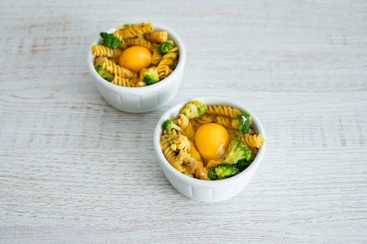 Zapiekane gniazdka makaronowe z brokułami i jajkiem - Krok 5