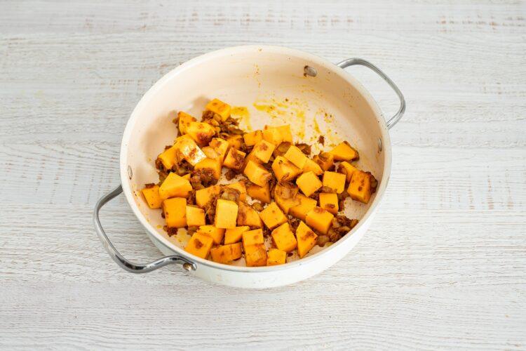 Żółte curry z dyni i kalafiora z makaronem z groszku i cukinii - Krok 5