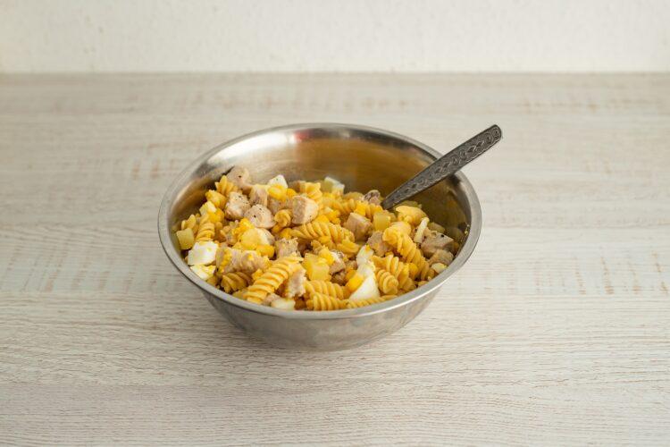Sałatka królewska z kurczakiem i makaronem z cieciorki i kukurydzy - Krok 5