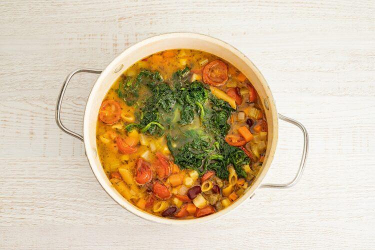 Minestrone z pomidorami, czerwoną fasolą i makaronem warzywnym - Krok 5