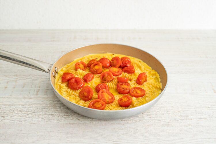 Frittata z makaronem warzywnym, pomidorami i ricottą - Krok 5
