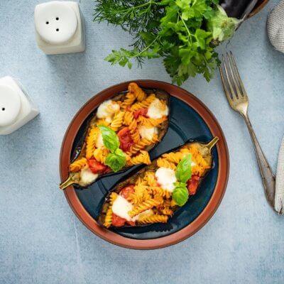 Bakłażany faszerowane pomidorami i makaronem z cieciorki i kukurydzy