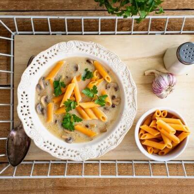 Zupa pieczarkowa na żurku z makaronem z soczewicy i marchewki