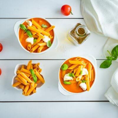 Krem z pomidorów z makaronem z soczewicy i marchewki