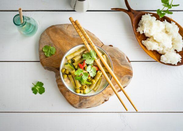 Tajskie curry z kurczakiem i makaronem z groszku i cukinii
