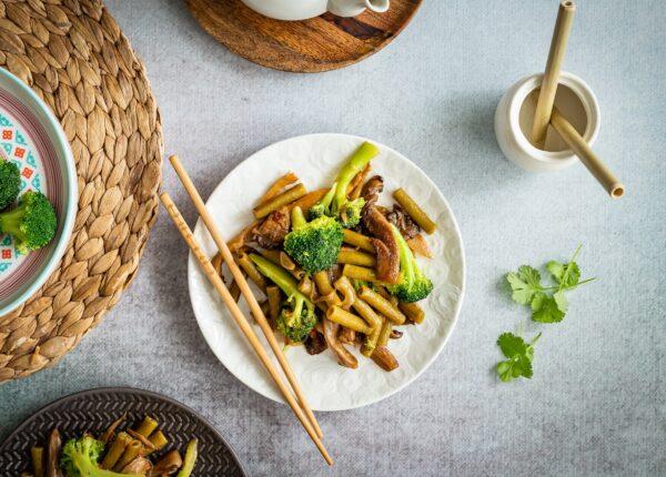 Boczniaki stir-fry z brokułami i makaronem warzywnym