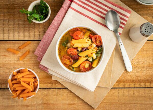 Minestrone z pomidorami, czerwoną fasolą i makaronem warzywnym