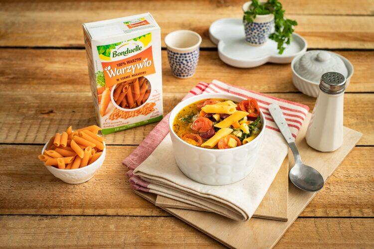 Dodajemy WaMinestrone z pomidorami, czerwoną fasolą i makaronem warzywnymrzywio, pomidory, osączoną z zalewy czerwoną fasolę oraz tymianek, chili i oregano. Gotujemy około 6-7 minut, aż warzywio zmięknie. Na koniec dodajemy przesmażony szpinak i doprawiamy do smaku solą i pieprzem.
