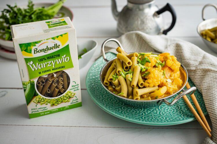 Żółte curry z dyni i kalafiora z makaronem z groszku i cukinii