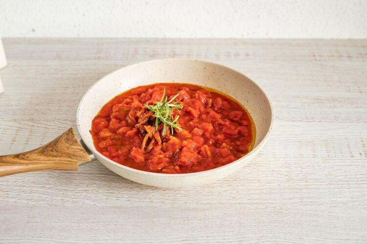 Jajka zapiekane w pomidorach z kukurydzą, groszkiem i szynką - Krok 1