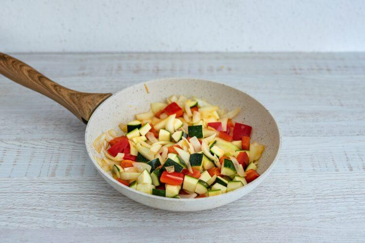 Biała kiełbasa pieczona na cieście francuskim z papryką, cukinią i kukurydzą - Krok 1