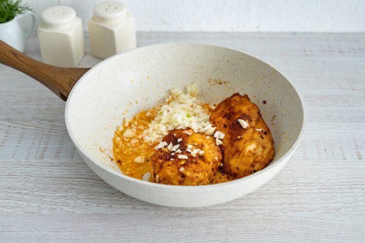 Kukurydziany kurczak w sosie śmietanowym - Krok 2