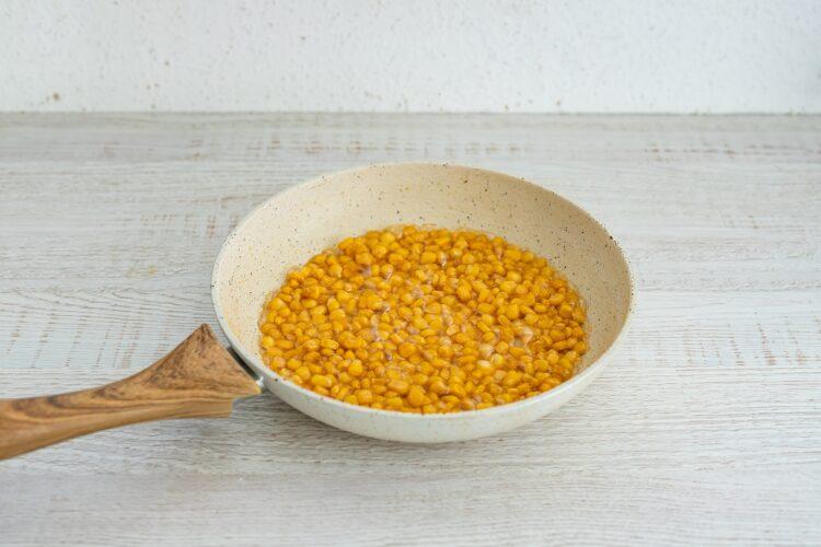 Waniliowy sernik na zimno z karmelizowaną kukurydzą i migdałami - Krok 2