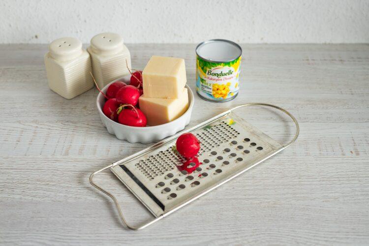 Warstwowa sałatka z szynką, serem i rzodkiewką - Krok 3
