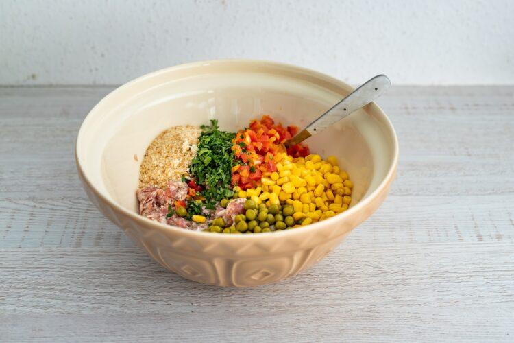 Klops z białej kiełbasy z jajkiem, kukurydzą i groszkiem - Krok 3