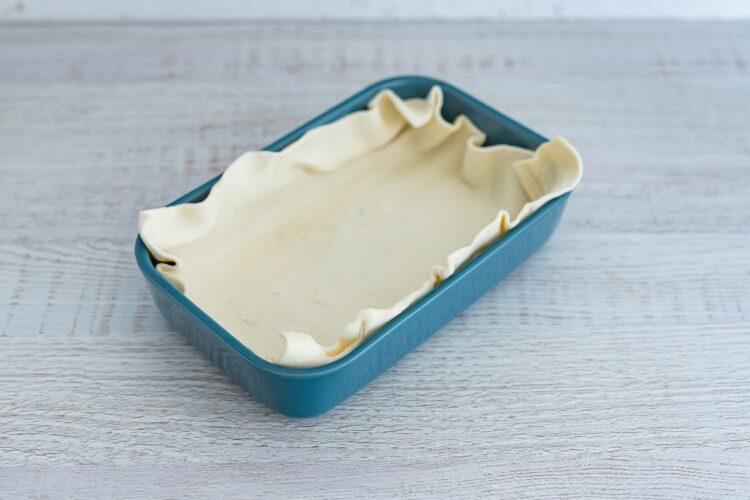Biała kiełbasa pieczona na cieście francuskim z papryką, cukinią i kukurydzą - Krok 3