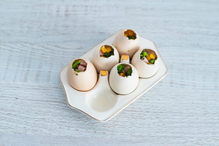 Galaretki wielkanocne jajka z szynką, kukurydzą, jajkiem i brokułami - Krok 5