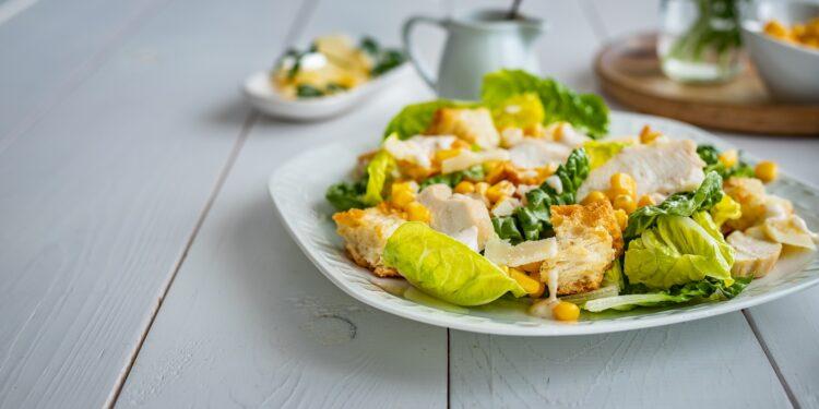 Sałatka cezar z kukurydzą