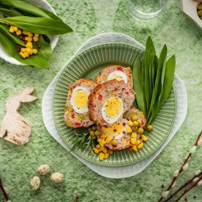 Klops z białej kiełbasy z jajkiem, kukurydzą i groszkiem