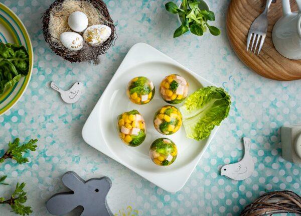 Galaretki wielkanocne jajka z szynką, kukurydzą, jajkiem i brokułami