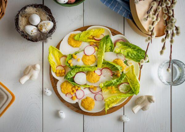 Jajka wegańskie na sałacie z rzodkiewką