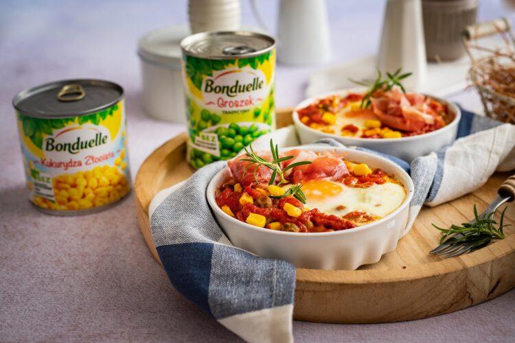 Jajka zapiekane w pomidorach z kukurydzą, groszkiem i szynką