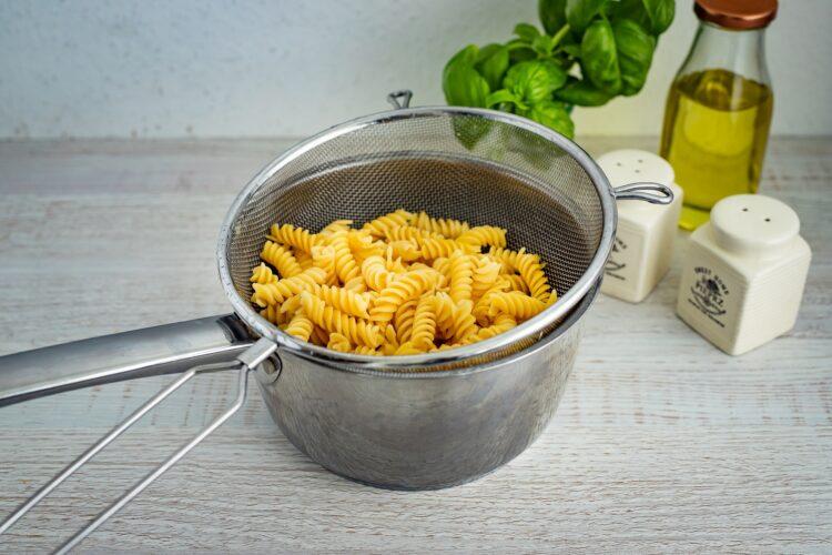 Sałatka makaronowa z grillowanymi warzywami, fetą i bazyliowym dressingiem - Krok 1