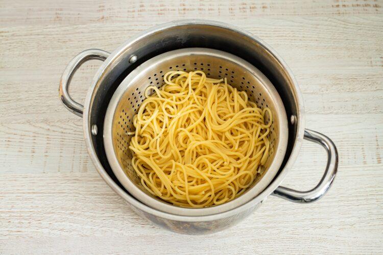 Spaghetti z cieciorką i szpinakiem - Krok 1