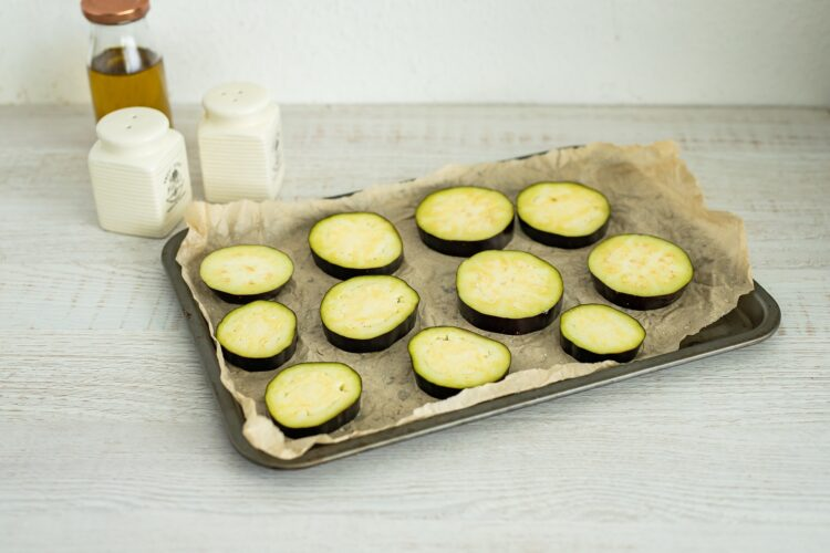 Minipizze z bakłażana z pieczarkami i kukurydzą z groszkiem - Krok 1