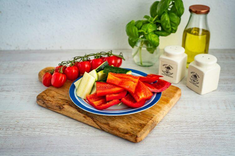 Sałatka makaronowa z grillowanymi warzywami, fetą i bazyliowym dressingiem - Krok 2