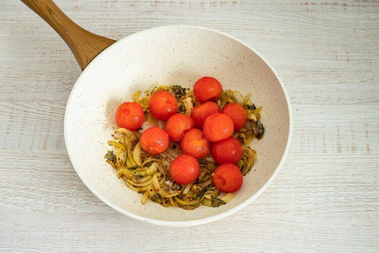 Kurczak w sosie curry z pomidorami i fasolą - Krok 3