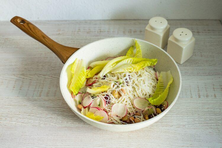 Sałatka z makaronem ryżowym - Krok 4