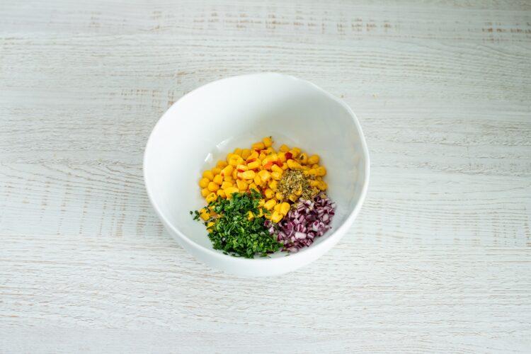 Meksykańska zupa pomidorowa z tortillą i kukurydzą - Krok 4
