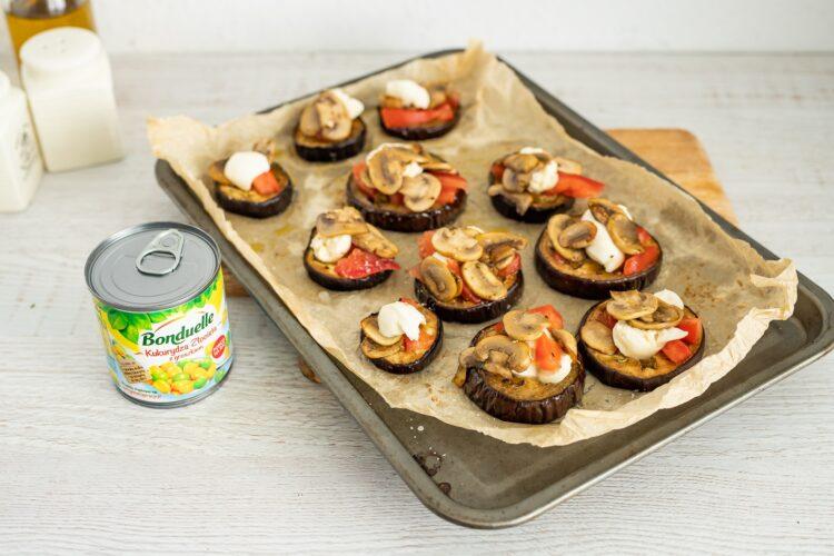 Minipizze z bakłażana z pieczarkami i kukurydzą z groszkiem - Krok 4