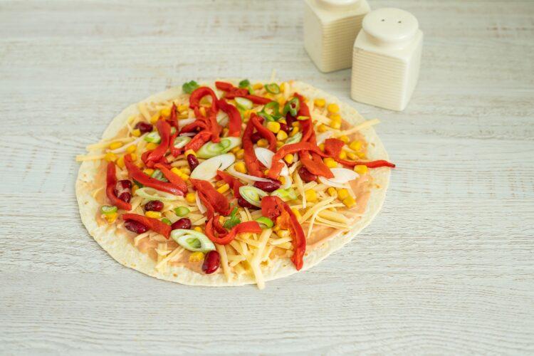 Roladki z tortilli z grillowaną papryką, serem i kukurydzą z fasolką - Krok 4