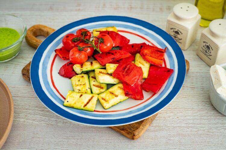 Sałatka makaronowa z grillowanymi warzywami, fetą i bazyliowym dressingiem - Krok 5