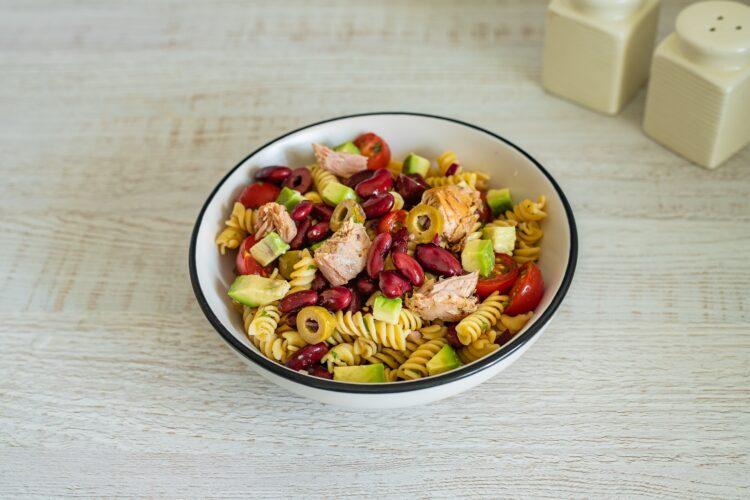 Sałatka makaronowa z awokado, czerwoną fasolą, oliwkami i tuńczykiem - Krok 5