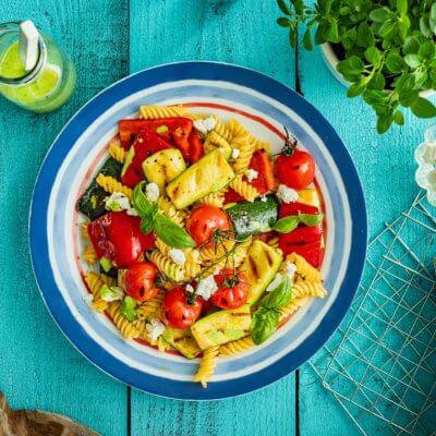 Sałatka makaronowa z grillowanymi warzywami, fetą i bazyliowym dressingiem