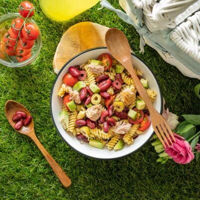 Sałatka makaronowa z awokado, czerwoną fasolą, oliwkami i tuńczykiem