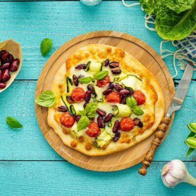 Szybka pizza z cukinią, pomidorami i fasolą