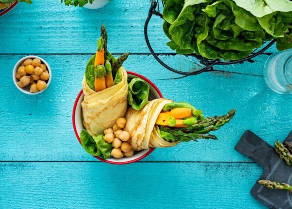 Wrapy naleśnikowe z chrupiącymi warzywami