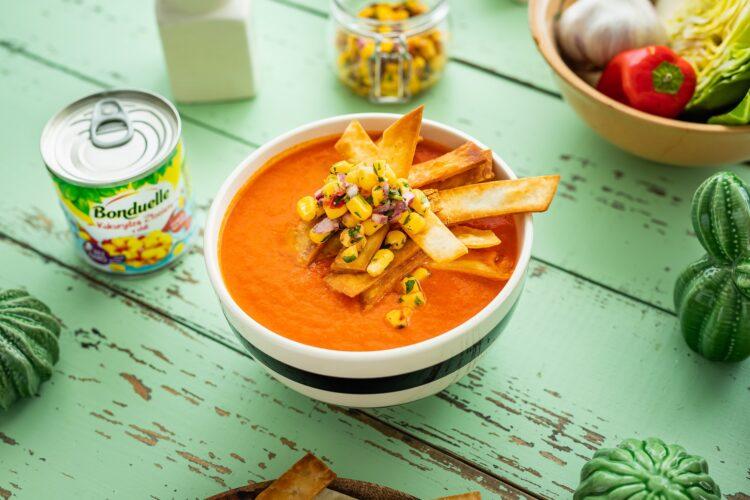 Meksykańska zupa pomidorowa z tortillą i kukurydzą